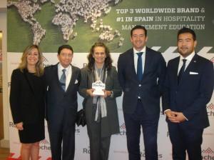 María Teresa Brioso posa con los organizadores, sosteniendo el premio en sus manos