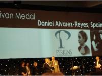 Foto del auditorio de la entrega de medalla, Daniel Alvarez recogiendo medalla