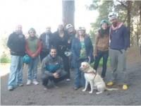 Foto del grupo de sordociegos de Asocide Canarias en la puerta de la cueva