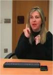 Foto de Fuensanta Trigueros explicando como usa el iPhone y un teclado línea braille